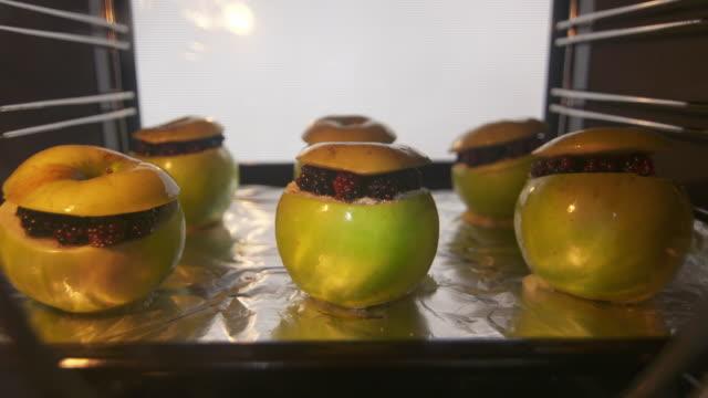 オーブンで果物リンゴ果実のデザートを焼いた料理 ビデオ