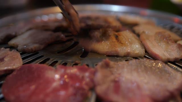 韓国料理レストランでバーベキューグリルクッキング ビデオ