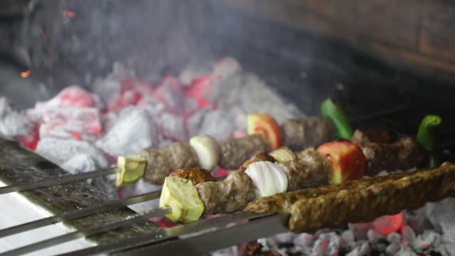 matlagning barbecue shish kebab på hot charcoal bbq grill med bright flames - mellanöstern bildbanksvideor och videomaterial från bakom kulisserna
