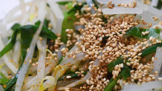 matlagning bean gro och kinesiska gräslök namul - böngrodd bildbanksvideor och videomaterial från bakom kulisserna