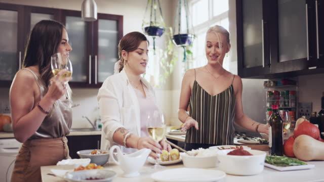 kochen bringt alle zusammen - champagner toasts stock-videos und b-roll-filmmaterial