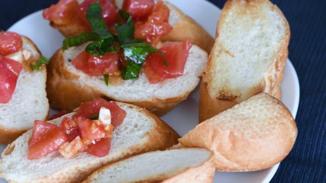vídeos y material grabado en eventos de stock de cocinar bruschetta - comida francesa
