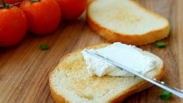 matlagning bruschetta med färskost och grönsaker - cheese sandwich bildbanksvideor och videomaterial från bakom kulisserna