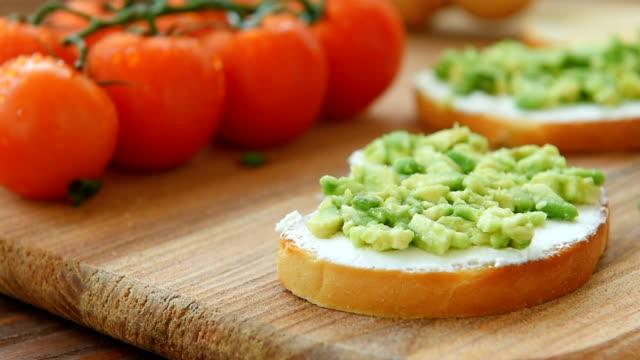 stockvideo's en b-roll-footage met bruschetta met roomkaas koken - geroosterd brood
