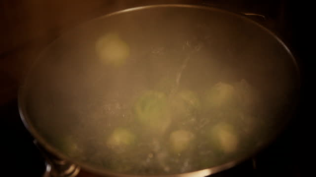 stockvideo's en b-roll-footage met cooking brussels sprouts - spruitjes