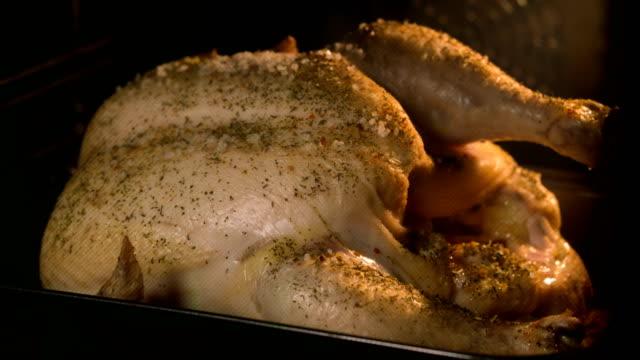 stockvideo's en b-roll-footage met koken kip in de oven - dierenhuid huid