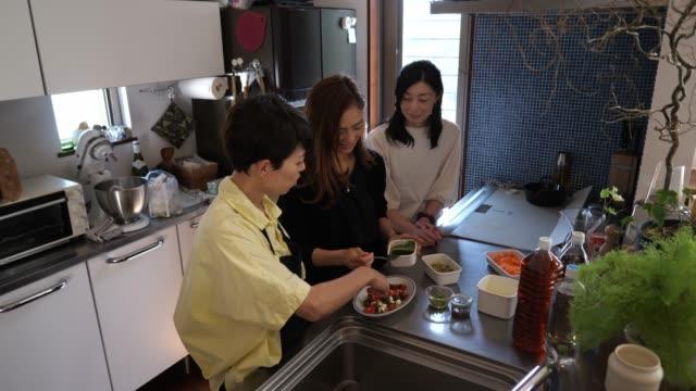 vídeos y material grabado en eventos de stock de clase de cocina en cocina doméstica - cocina doméstica
