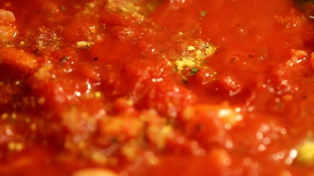 готовить вкусные томатный соус - соус стоковые видео и кадры b-roll