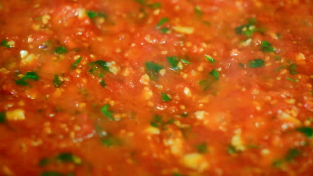 Cooking delicious tomato sauce video