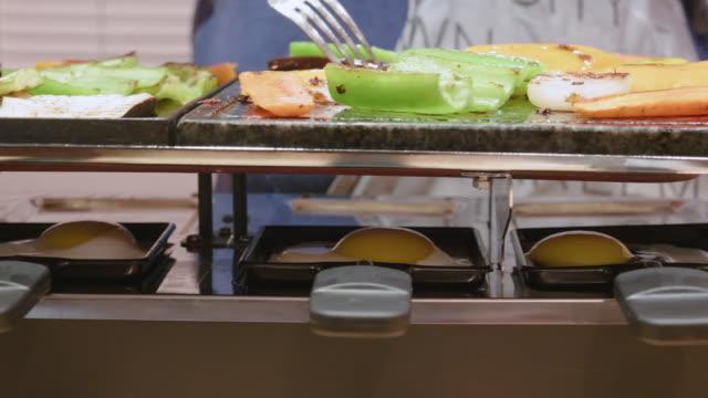 pov kochen eier und gemüse auf dem grill. zubereitung vegetarisches essen mit hausgemachtem gemüse und eiern auf dem grill. grillzeit und gesundes essen. - raclette stock-videos und b-roll-filmmaterial