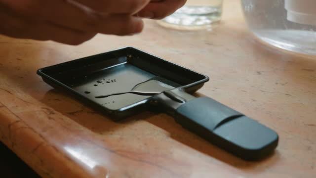 pov kochen eier auf dem grill. zubereitung des abendessens mit hausgemachten hühnereiern auf dem grill. grillzeit und gesundes essen. - raclette stock-videos und b-roll-filmmaterial