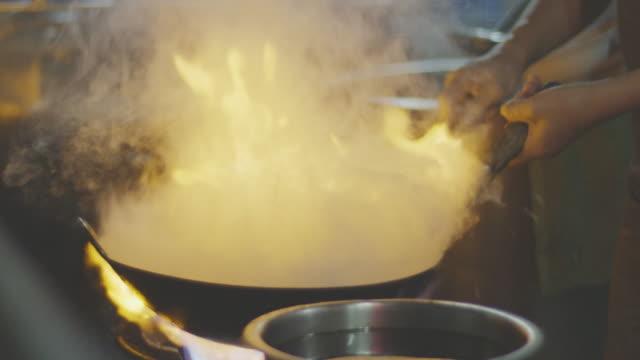 vídeos y material grabado en eventos de stock de cocinar en sartén ardiente, cerca de mo de slo k 4 - comida china