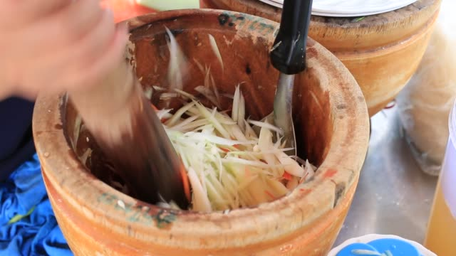 "cooking green papaya salad thai cuisine spicy "" som tam "". hand of vendor thai woman is cooking somtam with papaya salad, carrot and thai herb at street food, thailand's food are a national identity. - chilli con carne video stock e b–roll"