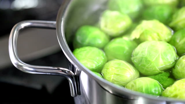 stockvideo's en b-roll-footage met cooking greens - spruitjes