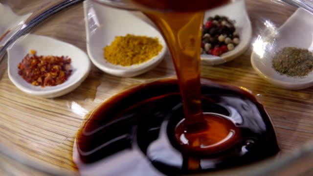 matlagning marinad för kyckling - marinad bildbanksvideor och videomaterial från bakom kulisserna