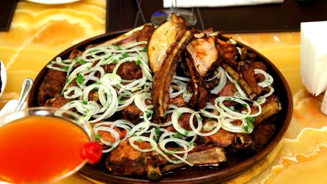 matlagning kött på kolen. stekt kött på elden. matlagning lammet på kol. - grillspett bildbanksvideor och videomaterial från bakom kulisserna