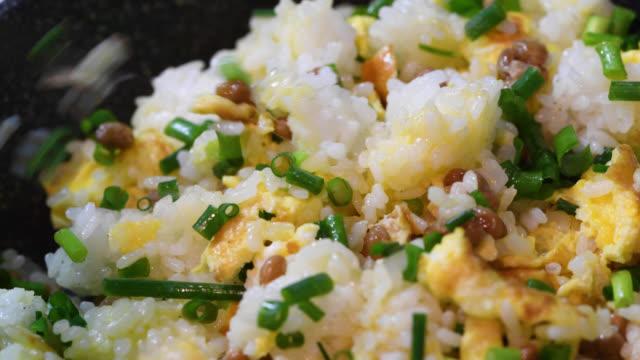 vídeos y material grabado en eventos de stock de cocinar arroz frito natto - comida salada