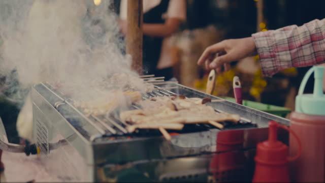 stockvideo's en b-roll-footage met koken op een bbq - foodtruck