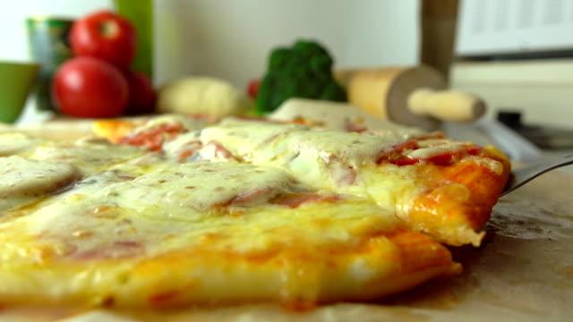 料理、セットの一部です。チーズをストレッチと焼きたての自家製ピザの一部を取っています。fullhd 動画を閉じる - チーズ 溶ける点の映像素材/bロール