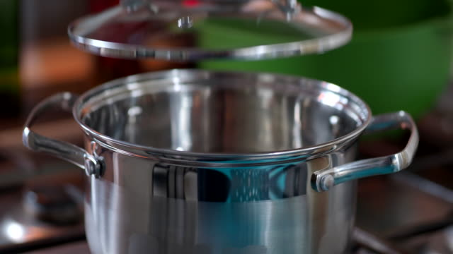 cooking pasta - boiling water in the pan - coperchio video stock e b–roll