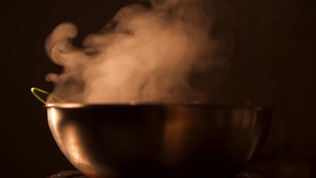 cooking pasta - padella pentola video stock e b–roll