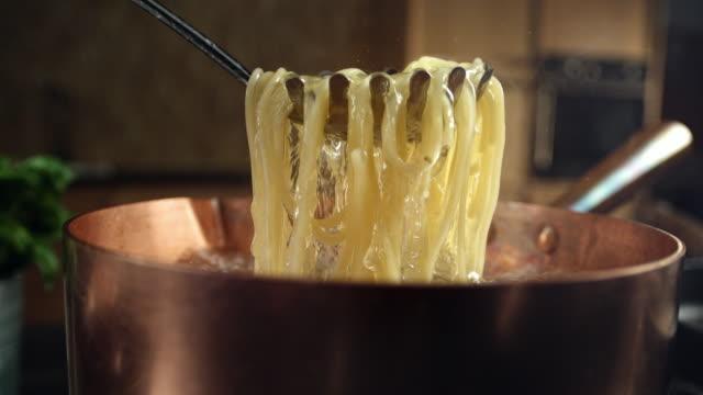 vidéos et rushes de pâtes de cuisson - spaghetti bolognaise