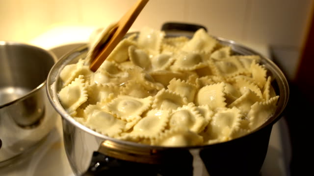 vídeos de stock e filmes b-roll de cozinhar ravioli - ravioli