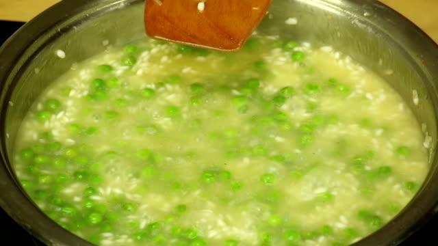 vídeos de stock, filmes e b-roll de cozinhar arroz com legumes - sem glúten