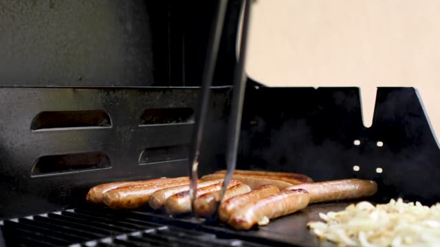 kochen, würstchen und zwiebeln auf outdoor-grill - wurst stock-videos und b-roll-filmmaterial