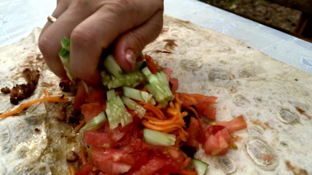 cooking shawarma in slow motion - chleb pita filmów i materiałów b-roll