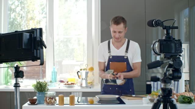 요리 레시피를 설명 하는 표시 발표자 - influencer 스톡 비디오 및 b-롤 화면
