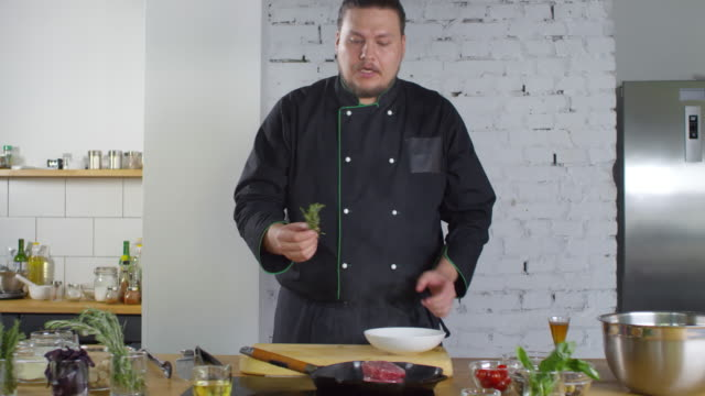 cooking show presenter preparing fillet mignon - презентация речь стоковые видео и кадры b-roll