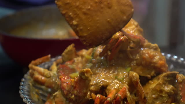 cooking singapore iconic dish chilli crab yummy seafood of south east asia - granchio video stock e b–roll
