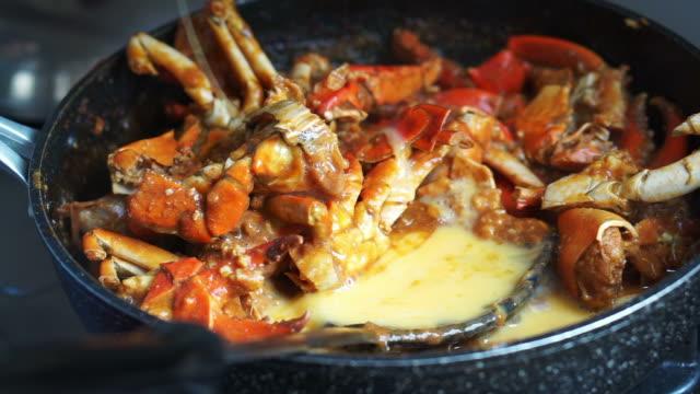 cooking singaporean signature dish, chilli crab. popular seafood dish - granchio video stock e b–roll
