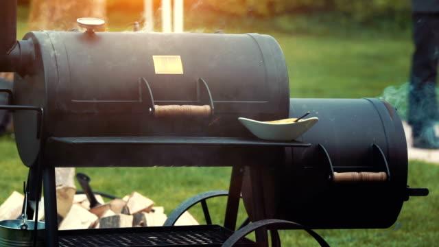 Kochen / Rauchen köstlich saftige Fleisch Steaks und Würstchen auf dem grill – Video