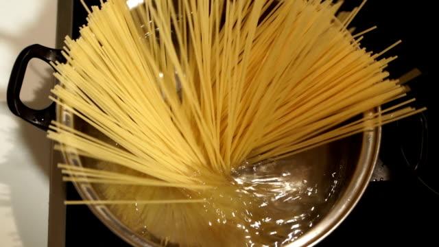 cucinare spaghetti,chiudere al rallentatore - cultura italiana video stock e b–roll