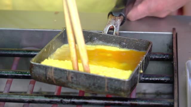 kochen tamagoyaki auf herd, japanische ei omelette. - japanisches essen stock-videos und b-roll-filmmaterial