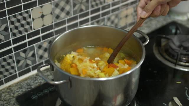 stockvideo's en b-roll-footage met thaise soep koken - groentesoep