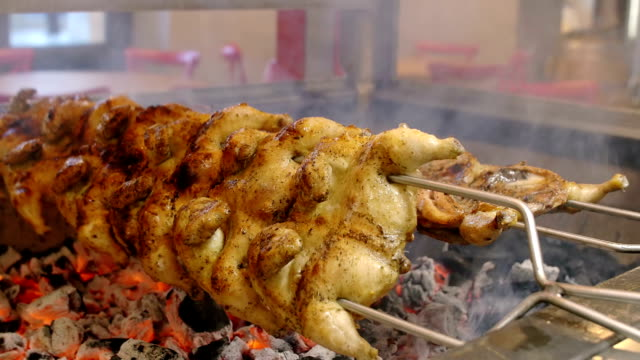 cucinare il pollo alla griglia in un ristorante bistecca house e il veloce cibo - arto inferiore animale video stock e b–roll