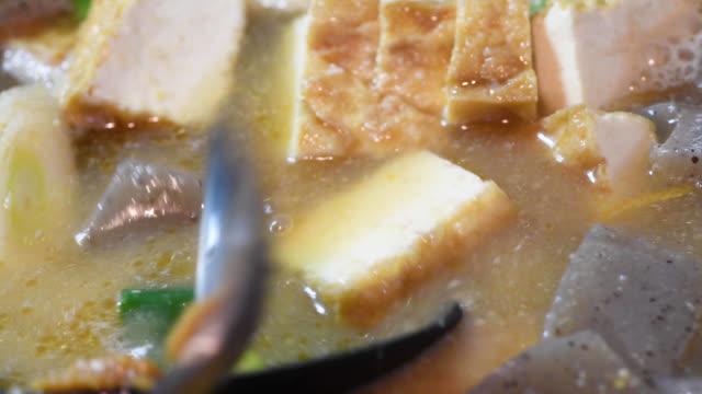 matlagning tonjirusoppan - misosås bildbanksvideor och videomaterial från bakom kulisserna