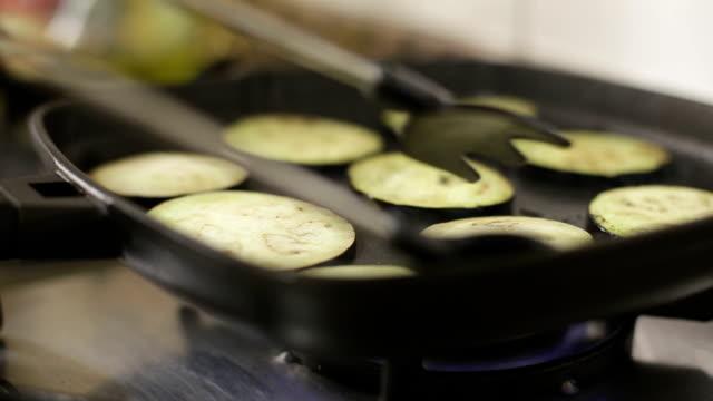 gotowanie warzyw - płyta do pieczenia filmów i materiałów b-roll