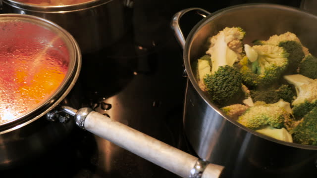 kochen gemüse - dampfkochen stock-videos und b-roll-filmmaterial