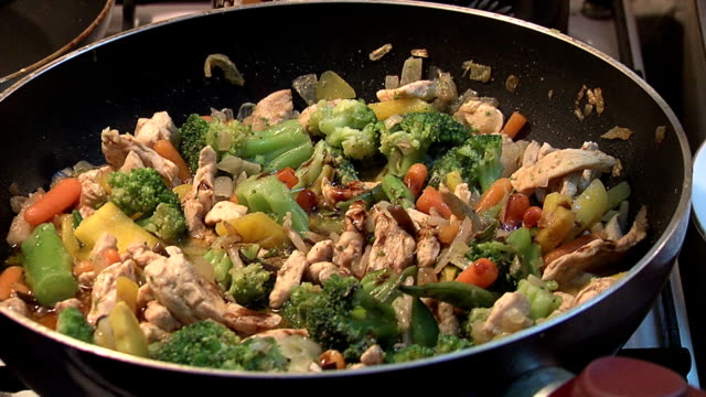 vídeos y material grabado en eventos de stock de cocina a la vista - comida salada