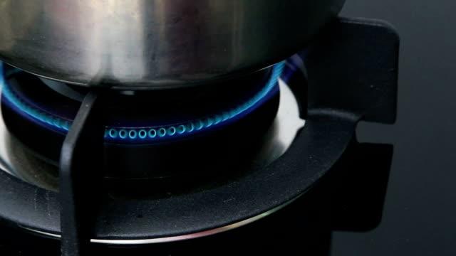 приготовление пищи - нержавеющая сталь стоковые видео и кадры b-roll