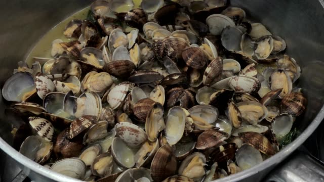 cooking vongole veraci, clams, opened, ready to eat video