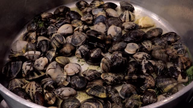 cooking vongole veraci, clams, pouring white wine video