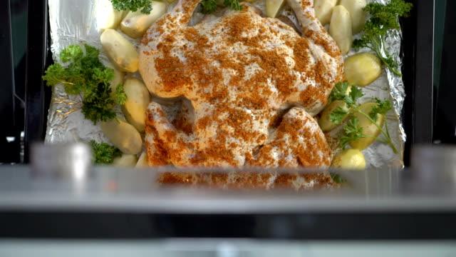 做整只烤的雞烤在爐頂視圖。 - 焗 預備食物 個影片檔及 b 捲影像