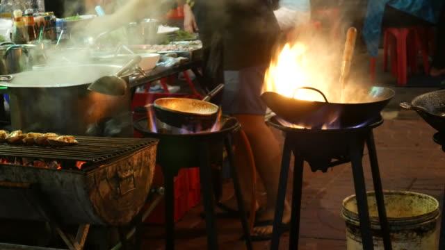 Cocinar con wok, comida callejera, Tailandia - vídeo