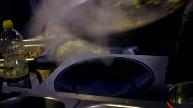 Cocinar wok. Cocina con wok. Cocina asiática en sartén wok - vídeo