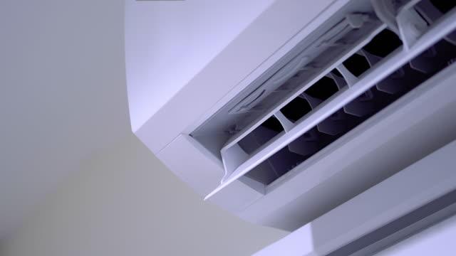vídeos de stock, filmes e b-roll de cool sistema de ar condicionado na parede branca quarto - ar condicionado